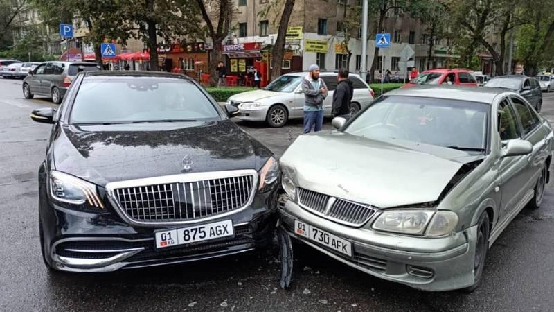 «Майбах» и «Ниссан» попали в ДТП в Бишкеке. Видео, фото