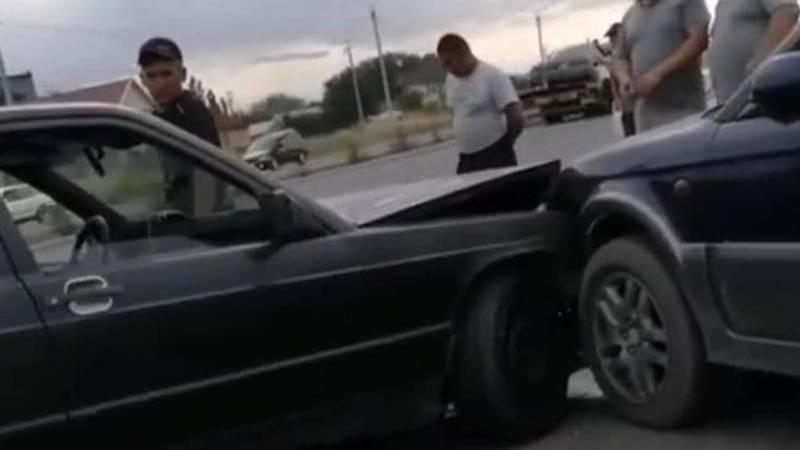 На ул.Профсоюзной столкнулись две легковушки. Видео с места аварии