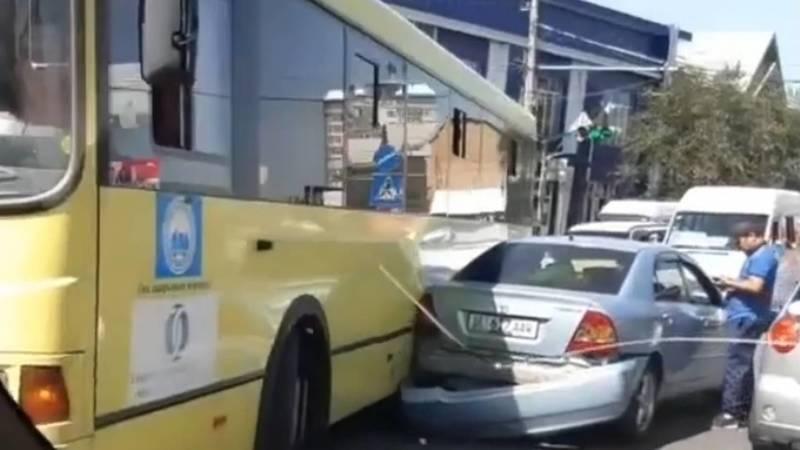 В Оше пассажирский автобус столкнулся с «Тойотой». Видео с места аварии