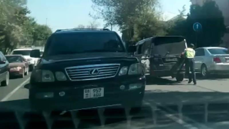 Патрульный толкает «Хонду», у которой закончился бензин. Видео очевидца