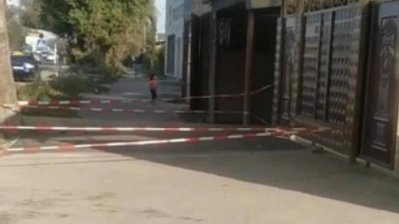 На проспекте Дэн Сяопина местный житель огородил тротуар лентами. Фото очевидца