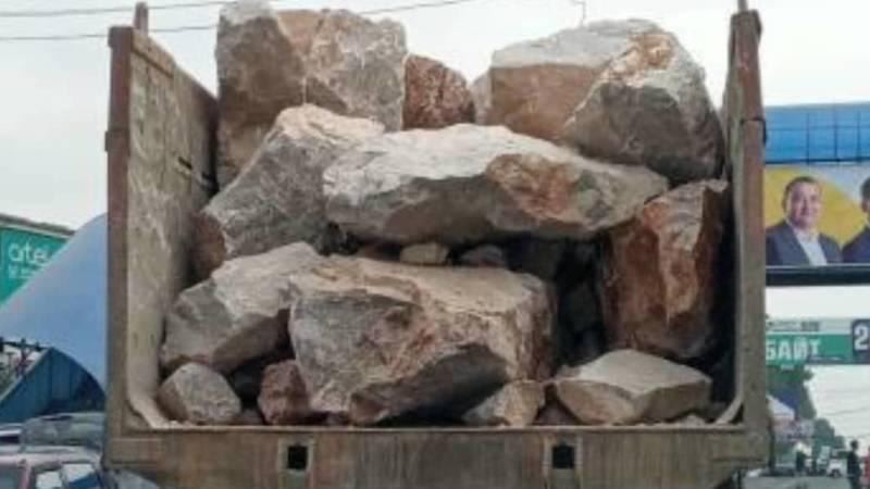 Грузовик без заднего борта везет в кузове огромные камни, - очевидец