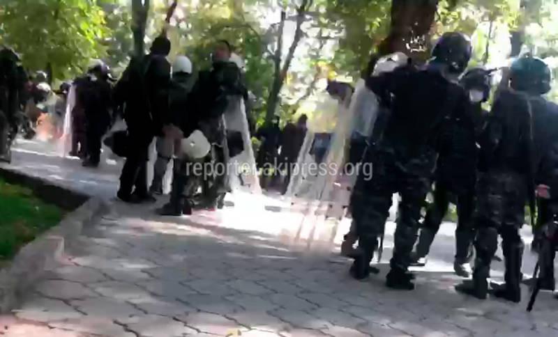 У площади Ала-Тоо стоят автобусы с милиционерами, в сквере - силовики
