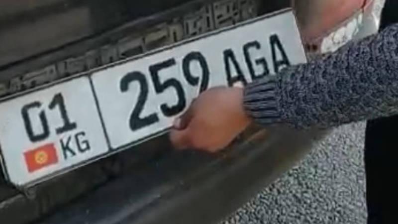 Патрульная милиция совместно с дружинниками ловит машины без номеров. Видео