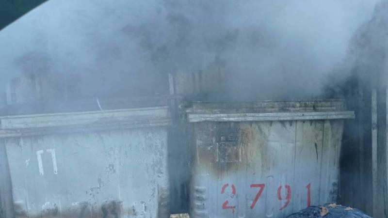 На ул.Джаманбаева горели мусорные баки. Фото очевидца