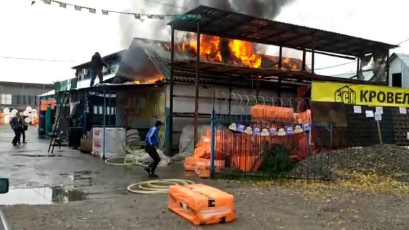 В строительном магазине в селе Лебединовка произошел пожар. Видео