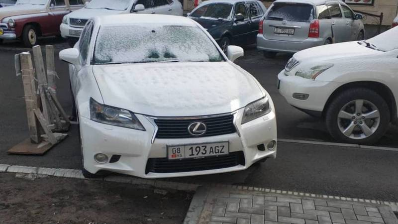 На Абдымомунова Lexus GS 350 припарковали поперек тротуара