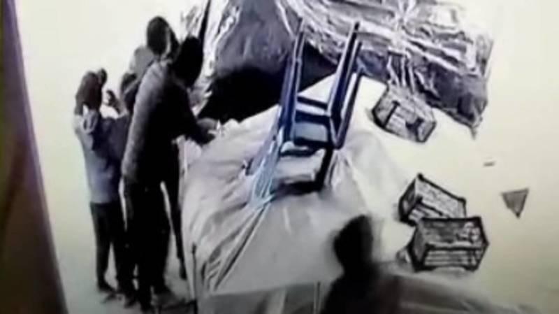 Группа подростков забралась на Орто-Сайский рынок после закрытия и украла фрукты. Видео