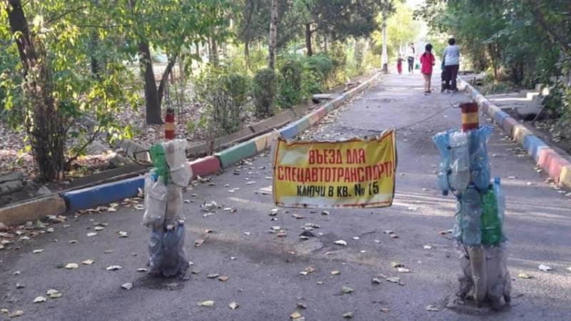 Жители 10 мкр самовольно установили столбы и заборы на дороге, - горожанин. Фото