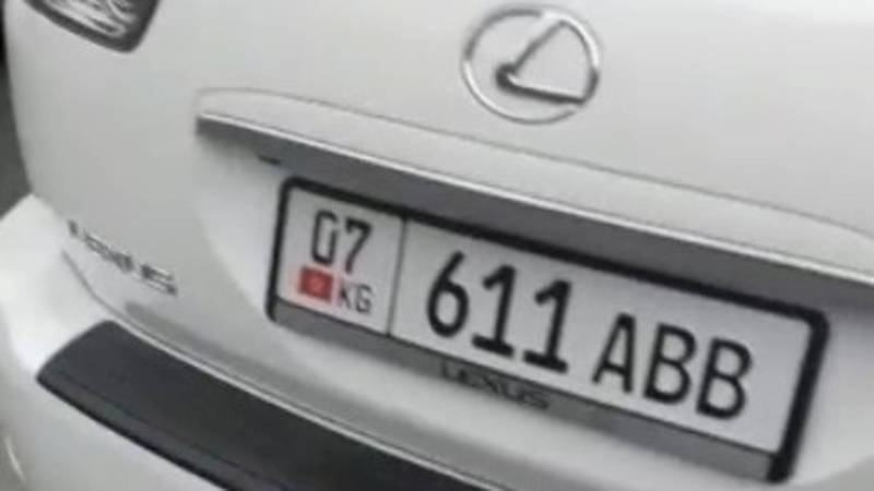 Девушка припарковала свой Lexus RX 350 на зебре и ушла в стоматологию, - очевидец
