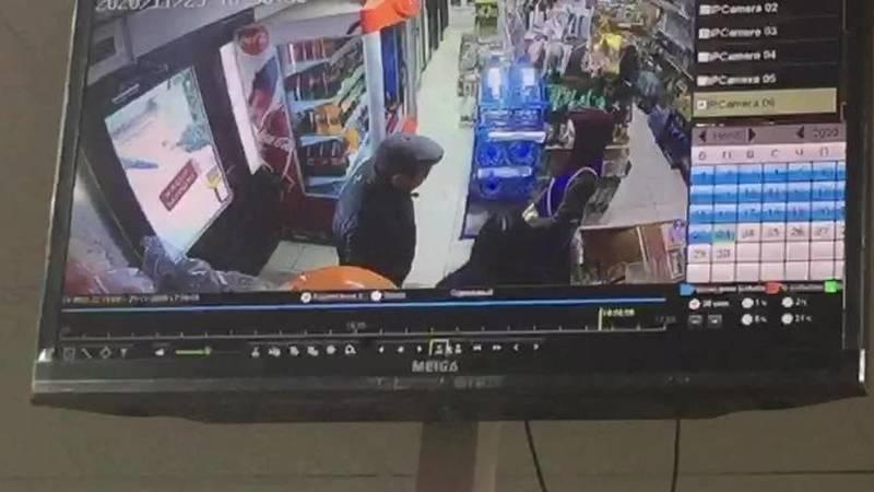 Женщина украла полик у входа в магазин, - горожанка