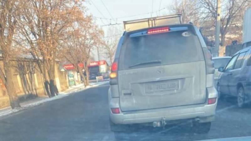 В Бишкеке замечен «Прадо», у которого из-за грязи не видно госномера. Фото очевидца