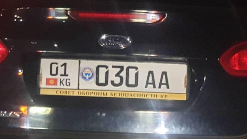 В Бишкеке замечен «Форд» с госномером «Тойоты» и надписью «Совет обороны безопасности КР»