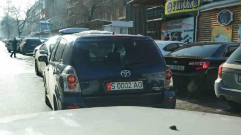 Водитель оставил свою «Тойоту» на проезжей части и создал затор на ул.Шопокова, - очевидец