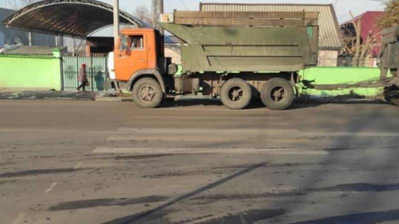 КамАЗ припаркован на пешеходном переходе на ул.Мурманской