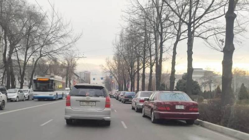 Крайний ряд на ул.Манаса превратили в парковку, - горожанин