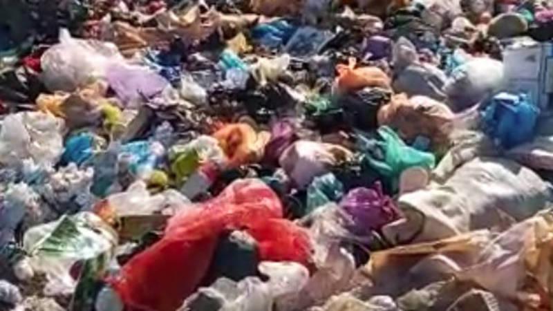 Жительница Кызыл-Кии жалуется на мусор возле школы. Видео