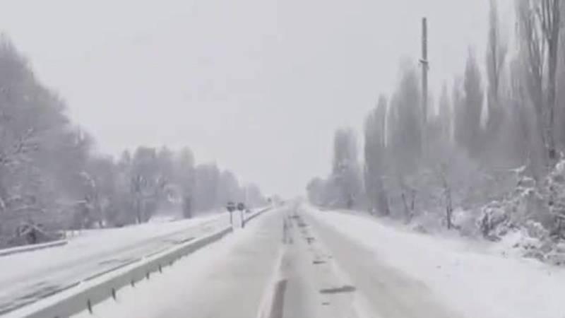 «Как стиральная доска». Водитель жалуется на гололед на трассе Токмок-Бишкек
