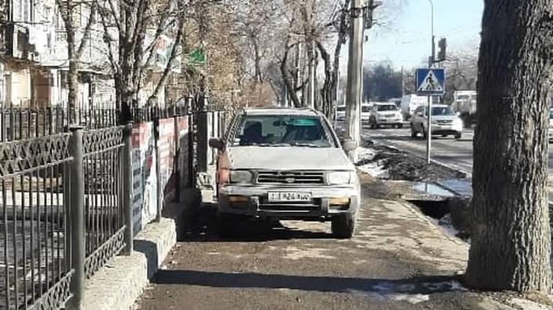 Горожанин припарковал свой «Ниссан Патфайндер» посередине тротуара