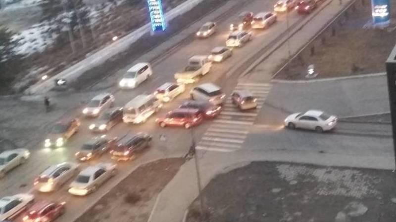 На Ахунбаева в мкр Улан образовываются пробки из-за отсутствия светофора, - горожанин