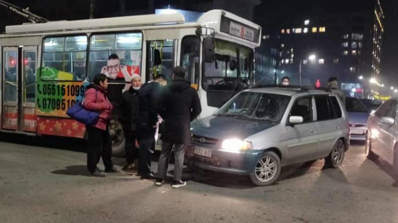 На Московской-Турусбекова столкнулись легковушка и троллейбус