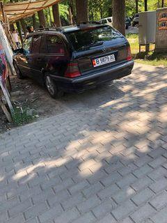 Авто припарковано на тротуаре на Логвиненко-Токтогула. Снимки сделаны 18 июня в 15:47.