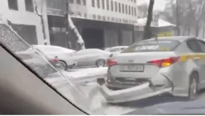 В Бишкеке произошло ДТП с участием такси. Видео