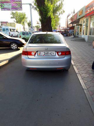 Парковка на тротуаре на участке проспекта Жибек Жолу