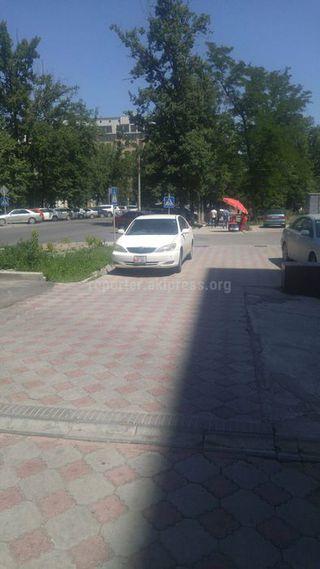 Парковка на тротуаре на участке ул.Турусбекова