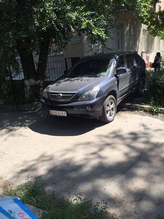 Парковка на газоне на ул.Малдыбаева