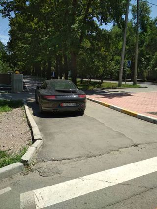 Парковка на тротуаре на Логвиненко-Фрунзе