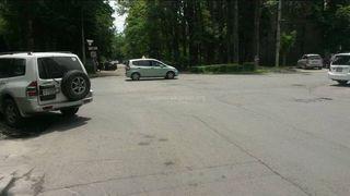 Парковка на газоне на Раззакова-Боконбаева