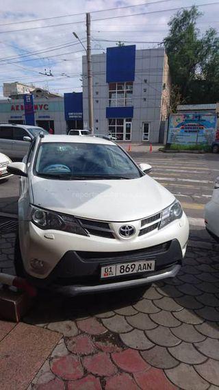 Парковка на тротуаре возле ТЦ «Таш-Рабат»