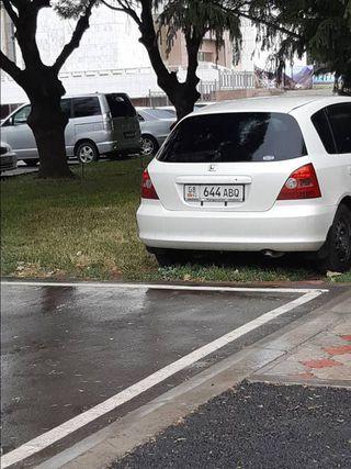 Парковка на газоне в районе Исторического музея