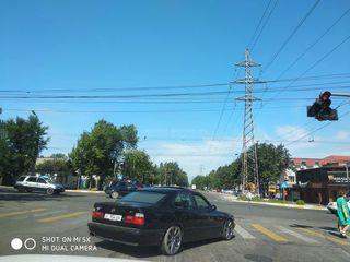 На Медерова-Абдрахманова машина выехала на перекресток, объехав другие авто. Снимки сделаны 11 июня в 9:40