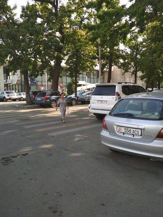 Парковка на пешеходном переходе рядом с Домом правительства. Снимки сделаны 7 июня