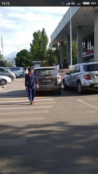 Парковка на пешеходном переходе на ул.Абдумомунова. Снимки сделаны 7 июня