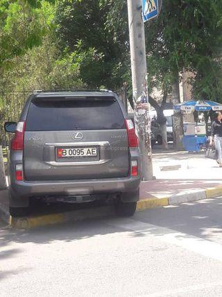 Парковка на тротуаре на Панфилова-Киевской. Фото сделано 13 июня