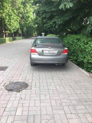 Парковка на тротуаре в Дубовом парке