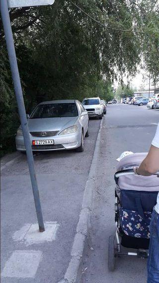 Парковка на тротуаре в 7 мкр. Фото сделано 14 июня