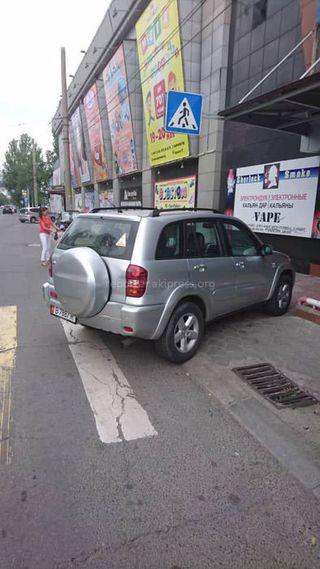 Парковка на пешеходном переходе возле ТЦ «Таш-Рабат». Снимок сделан 15 июня