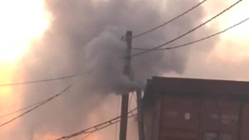 В жилмассиве Дордой-2 из трубы дома идет густой дым. Видео