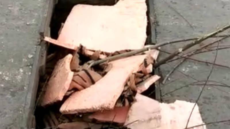 На Щербакова украли несколько решеток ливнеприемника. Видео и фото