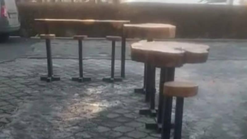 Кафе быстрого питания Aza & Shuma установило скамейки и столы на проходе. Фото