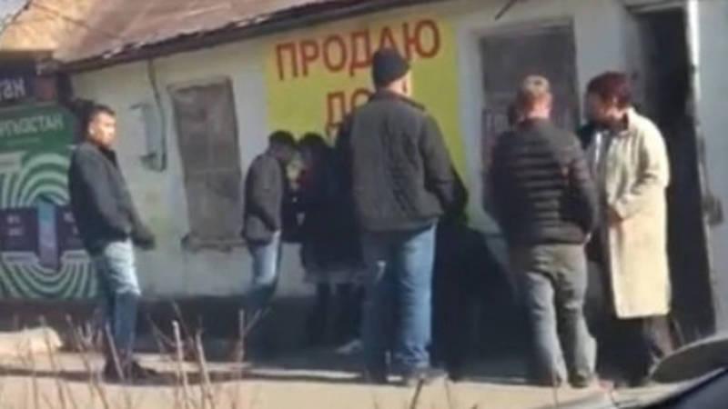 Возле Ошского рынка мужчин избил женщину на глазах у прохожих. Видео