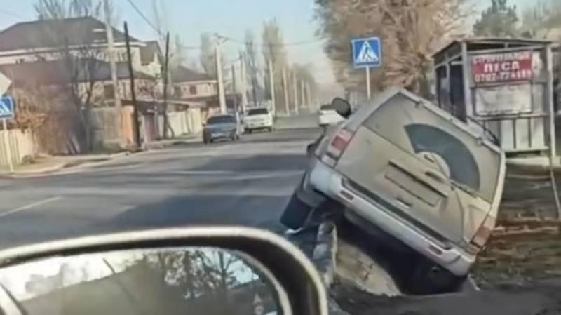 На ул.Орозбекова произошло ДТП, одна из машин съехала в арык. Видео с места аварии