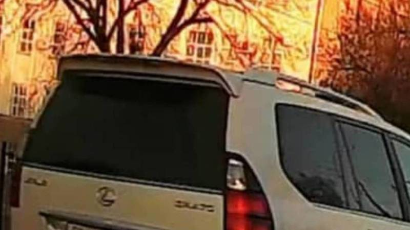 Lexus GX470 едет по встречке на Жукеева-Пудовкина. Видео