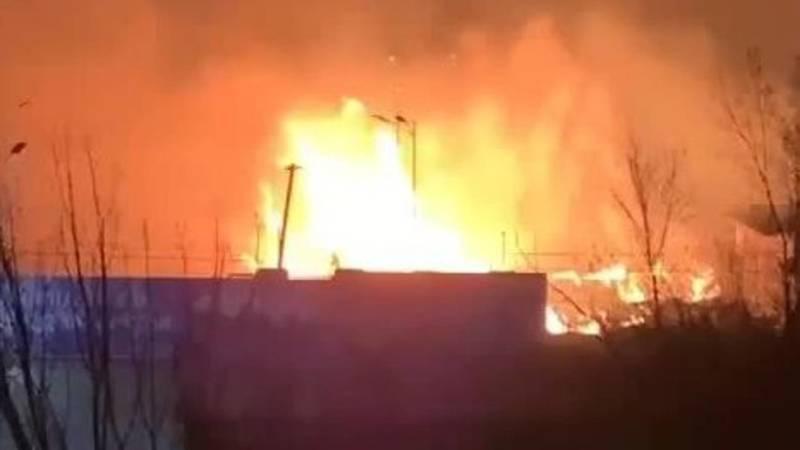 Пожар возле заправки в Оше. Видео очевидца