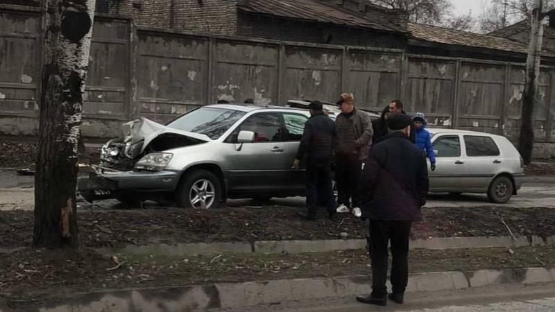 На Льва Толстого столкнулись Toyota 4 Runner и Lexus RX 300