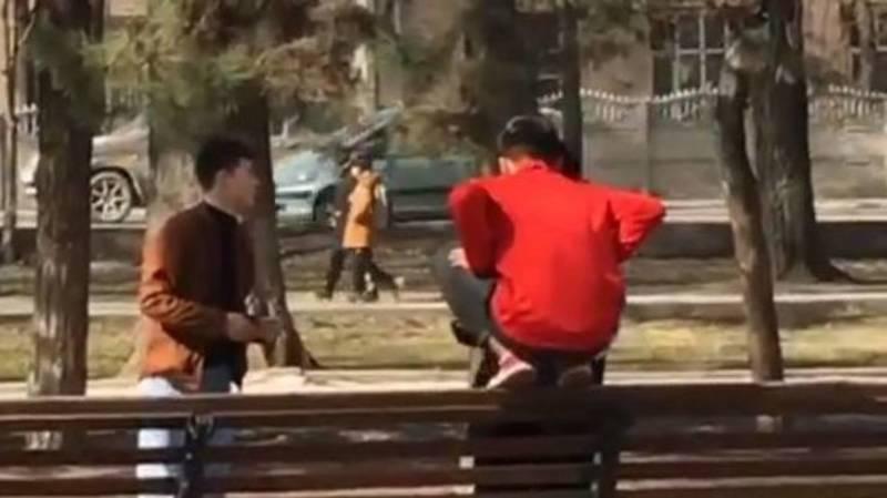 На Молодой Гвардии парень ногами залез на скамейку. Видео горожанина